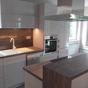 Magasfényű modern konyha egyedi szürke színben