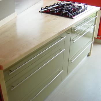 Modern konyhabútor tömör juhar munkapulttal