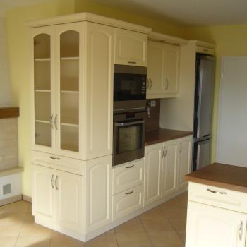 Klasszikus konyhabútor festett selyemfényű frontokkal