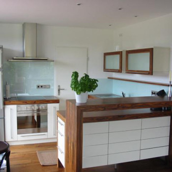 Modern konyhabútor üveg hátfallal, HPL dekoros pulttal