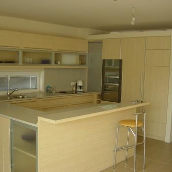 Egyedi minimalista konyha HPL dekoros frontokkal