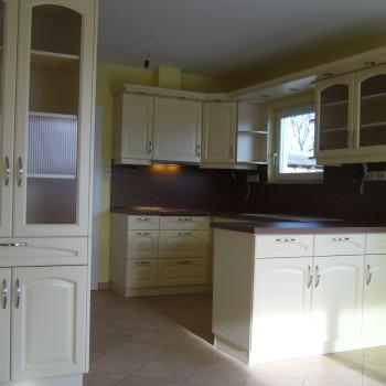 Klasszikus konyha selyemfényű festett frontokkal